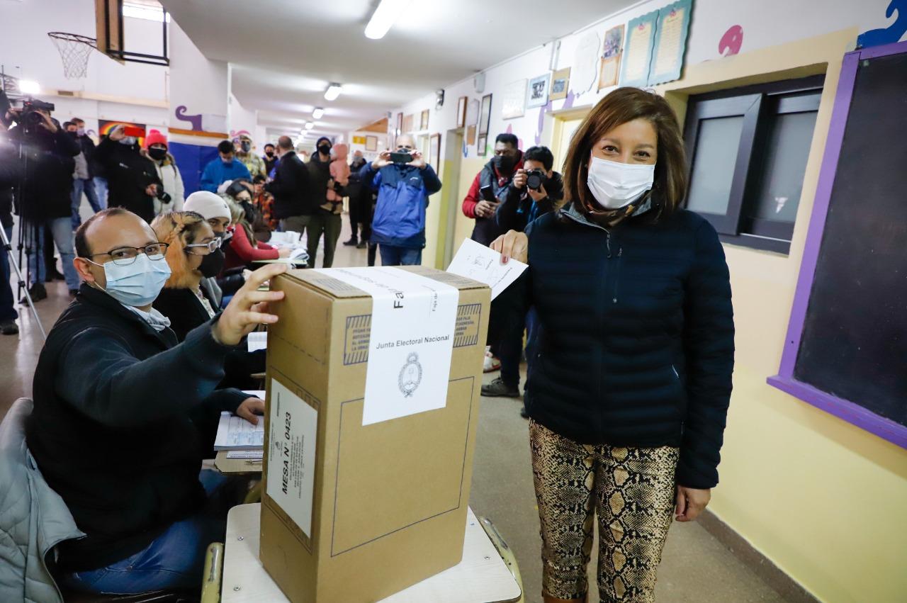 Río Negro: Arabela Carreras votó esta mañana en la escuela 321 de Bariloche