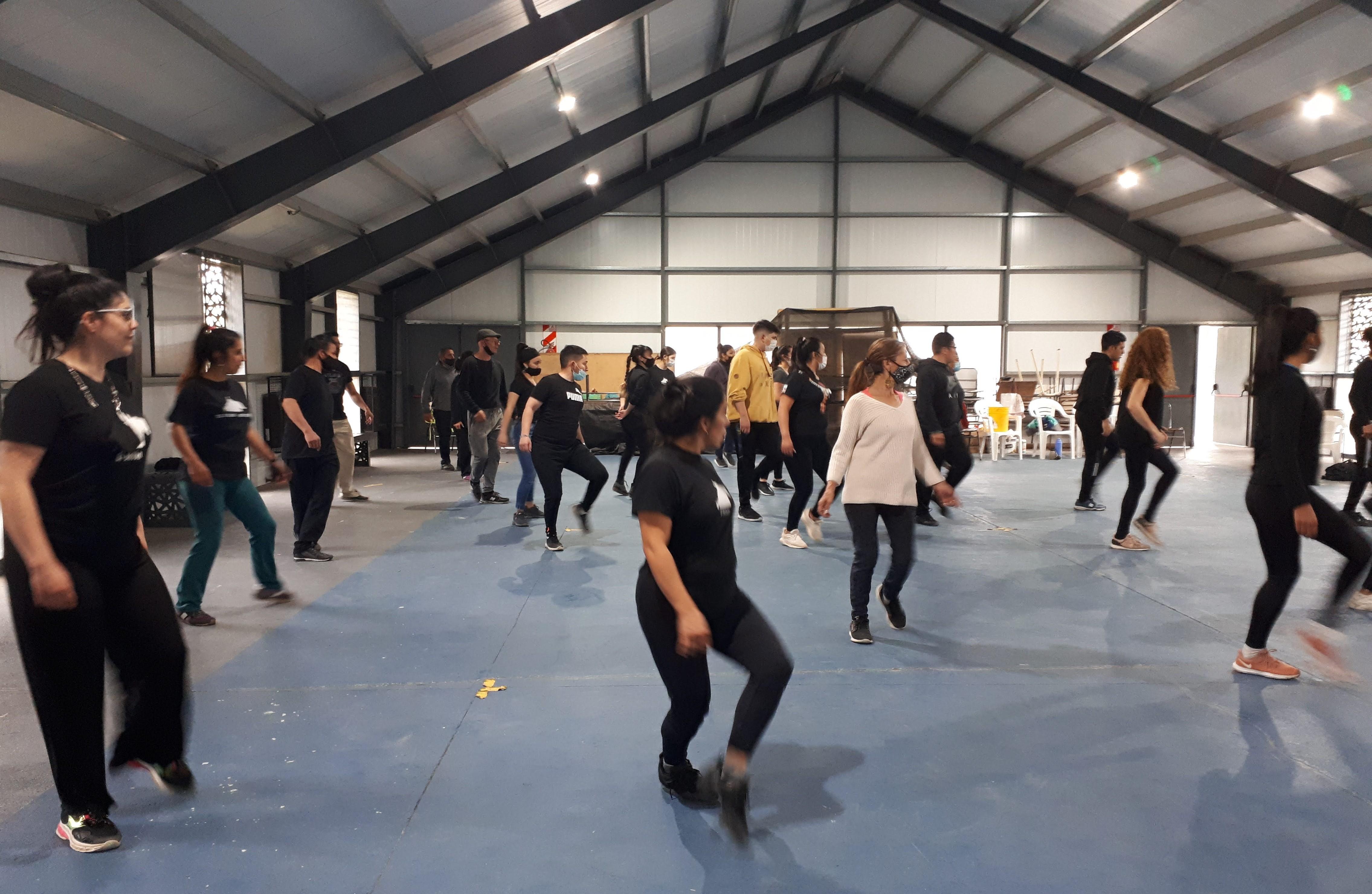 Los hermanos Gardella capacitan al ballet Raíces Sureñas en El Bolsón